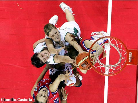 Fight for a rebound in the EuroLeague Women Final 2005